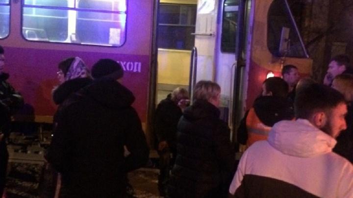 Две женщины в Волгограде оказались под колесами трамвая: смотрите видео от очевидцев