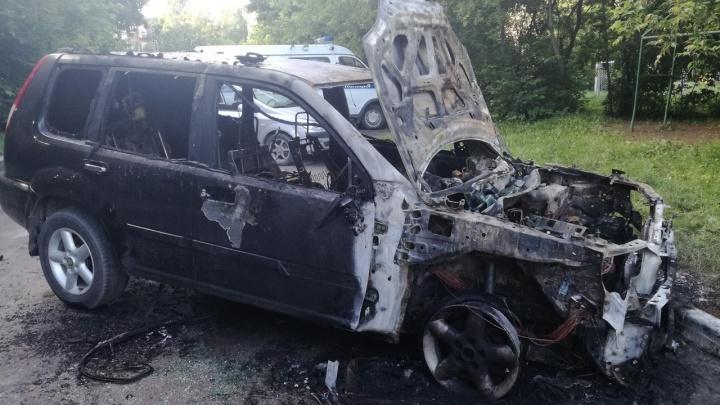 Хлопки и зарево под окнами: в Академгородке сгорел внедорожник