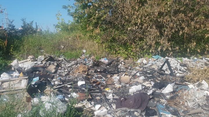«Мусор постоянно горит»: незаконную свалку в Ленинском районе уберут, но только за деньги
