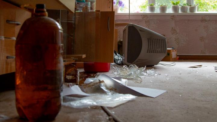 «Все квартиры повскрывали»: в Архангельске обокрали жильцов дома, сошедшего со свай