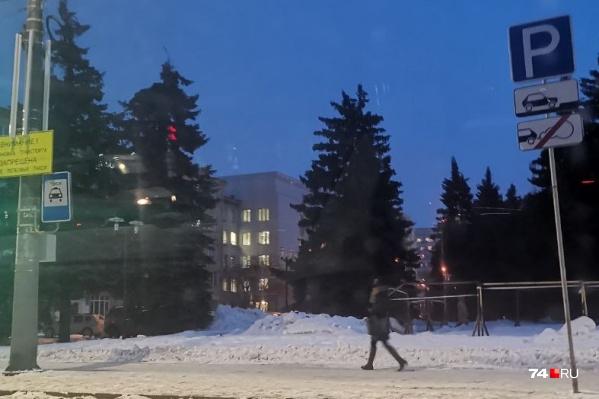 Парковка около ЮУрГУ: правый знак разрешает парковку, левый — «откусывает» от неё 30 метров