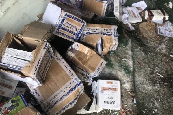 Посылки были оставлены в старом гараже без ворот