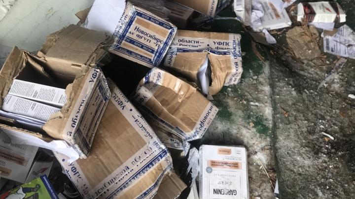 Новосибирец наткнулся на кучу вскрытых и брошенных посылок в гаражах на Кропоткина