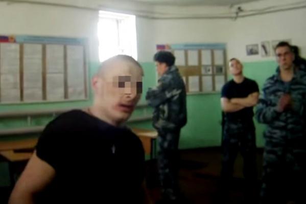 Вокруг одного заключённого были десятки сотрудников колонии. Мужчина на видео был со следами побоев