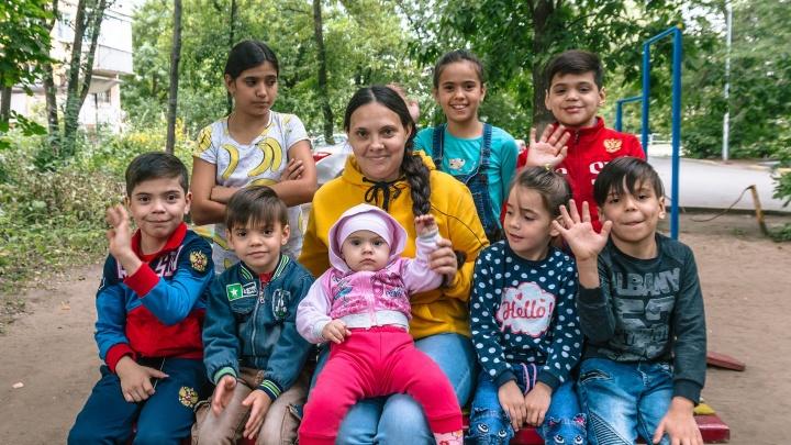 «На восьмом ребёнке я хотела остановиться»: самарская мама — о жизни в «двушке» с 9 детьми