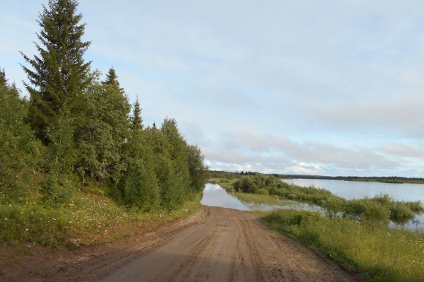 Так подтоплена сегодня дорога в одну из деревень в «Койнасском» — Усть-Кыма