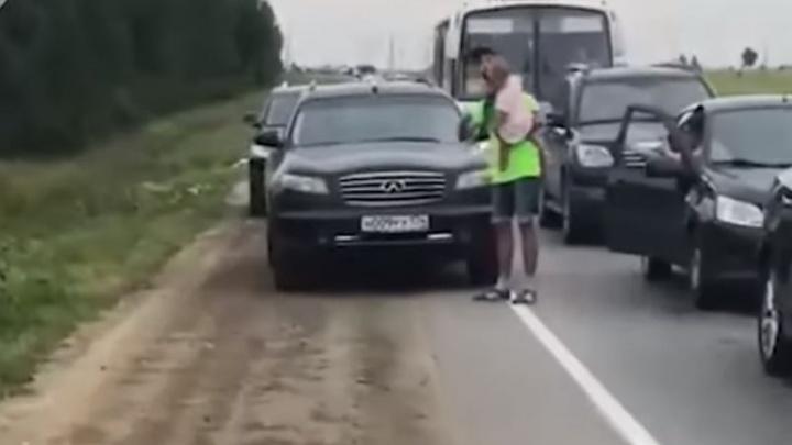 Дорожное видео недели: разборки на обочине, смертельный полет пассажира байка и потоп на Шефской