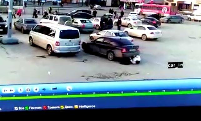 Забыл посмотреть в зеркало: на парковке у вокзала неопытный водитель сбил бабушку задним ходом