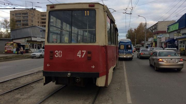 Трамвай и маршрутка не поделили дорогу в Калининском районе