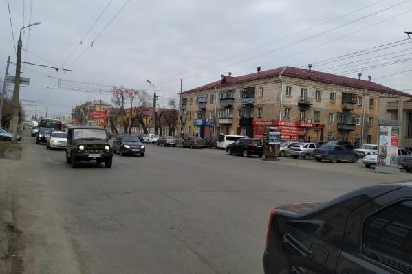 Дорога по улице Пролетарской в Кургане является одной из загруженных транспортом