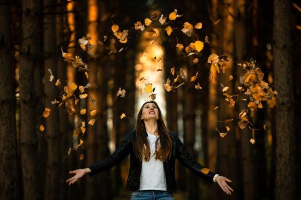 Только осенью можно сделать такие снимки, но даже банальные идеи можно подать красиво. Ловите секрет — солнце на таких снимках должно быть сзади, а листья надо разбрасывать из центра в стороны, а не просто вверх