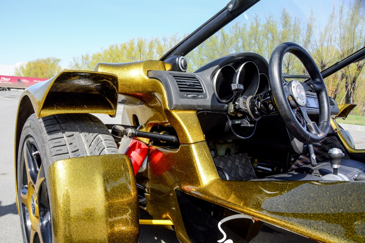 Один из плюсов такой схемы: очень хорошее ощущение передних габаритов, что при гоночном стиле езды позволяет буквально «облизывать» края поворотов