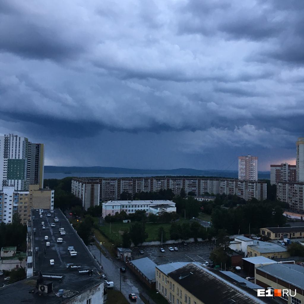 Екатеринбург накрыло дождём и низкими тучами: подборка снимков от читателей E1.RU