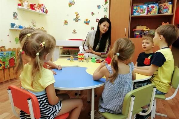 В билингвальных группах с детьми общаются сразу на двух языках