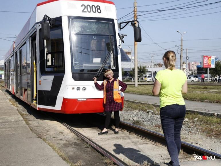 Дамы внешний вид нового трамвая не оценили, но сфотографироваться захотели