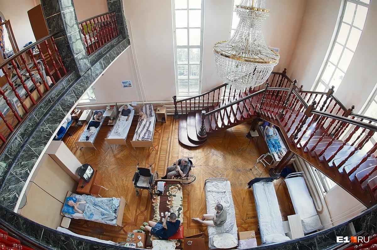 На первом этаже много лежачих
