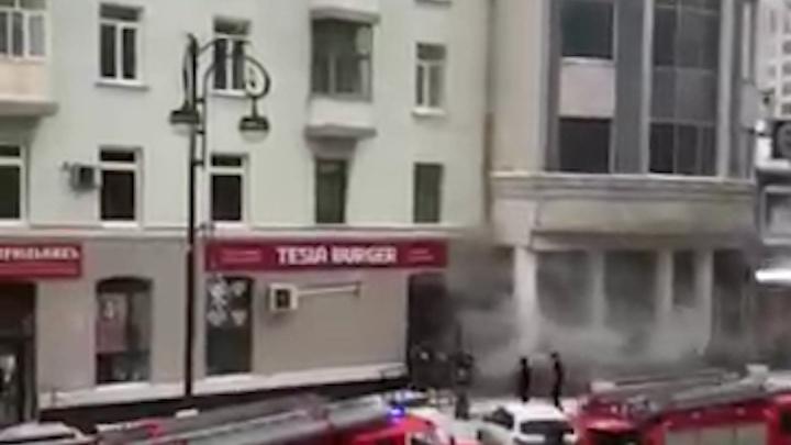 В Тюмени на Республики горел ресторан Tesla Burger