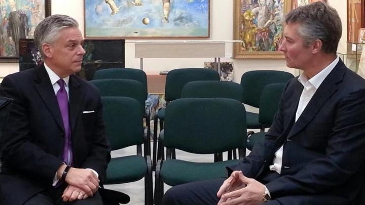 Посол США в России посмотрел музей Брусиловского и поговорил с Ройзманом про грязь в городе