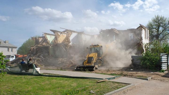 «У нас утопили двухэтажку»: в Калаче в целях экономии аварийный дом смыли в реку