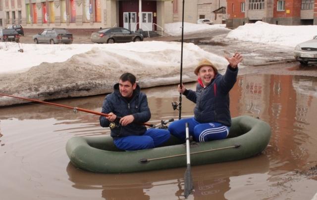 Жители Башкирии устроили рыбалку в луже на улице