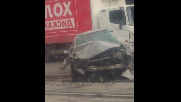 Одна из машин разбита всмятку