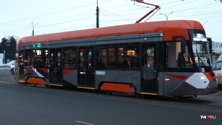 Дежавю: пригнанный на обкатку в Челябинск современный трамвай застрял возле областного правительства