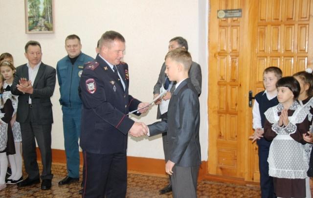 В башкирском городе наградили школьника, который поймал девочку, выпавшую из окна