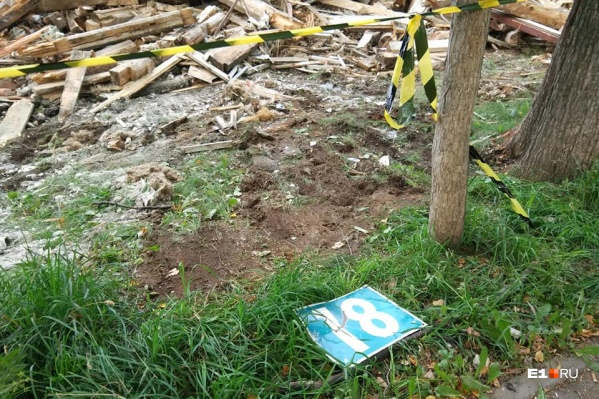 На месте барака осталась груда брёвен и табличка с номером дома