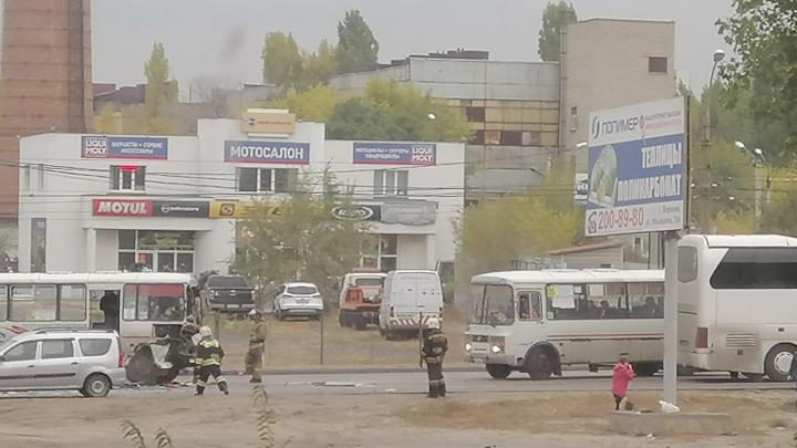 В Воронеже рейсовый автобус на Волгоград попал в массовую аварию: трое пострадавших