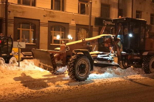 В первую очередь убирали снег с центральных улиц города и подъездов автобусов