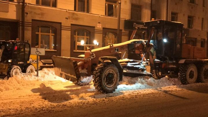 Тюмень за сутки утонула в сугробах: показываем, как в городе (не) убирали ночью снег