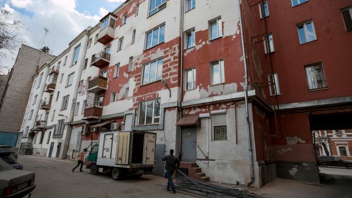 «Универсиада прошла — про нас забыли»: ремонт дома на Мира забросили и оставили страшные стены