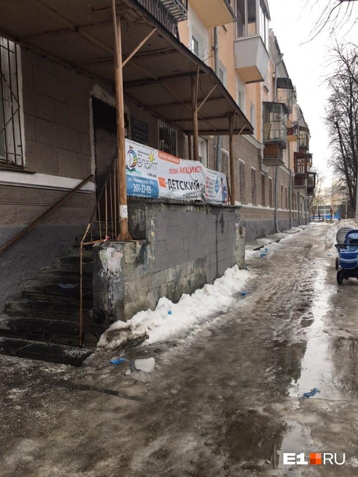 «Детская поликлиника №15 на улице Орджоникидзе, 25, глыбы льда с крыши практически все рухнули, но чистить никто и не думает, подойди можно только на коньках», — написала автор фото