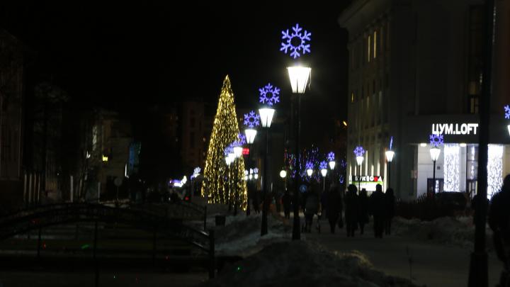 Новая ёлка и старые снежинки: смотрим, чем украсили Архангельск к Новому году, и оцениваем