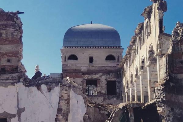 Счастье, что синагога еще не рухнула. Умели же строить!