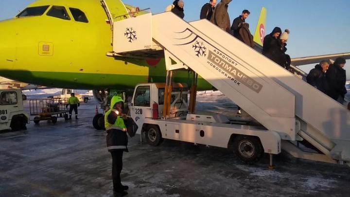 «Ощущался запах гари»: самолёт Новосибирск – Москва вернулся в аэропорт после вылета