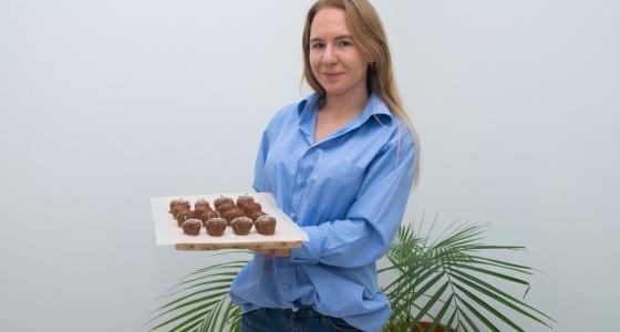 Бизнес в декрете: молодая мама научилась делать десерты из клубники, пока дочка смотрела мультики