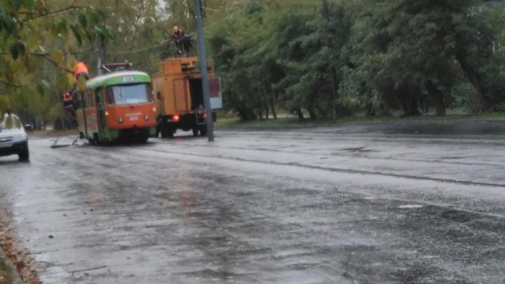 Движение приостановлено в обе стороны: на Эльмаше сломался трамвай