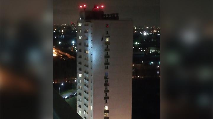 В полиции объяснили, почему вечером на доме в Кировском районе висел мужчина