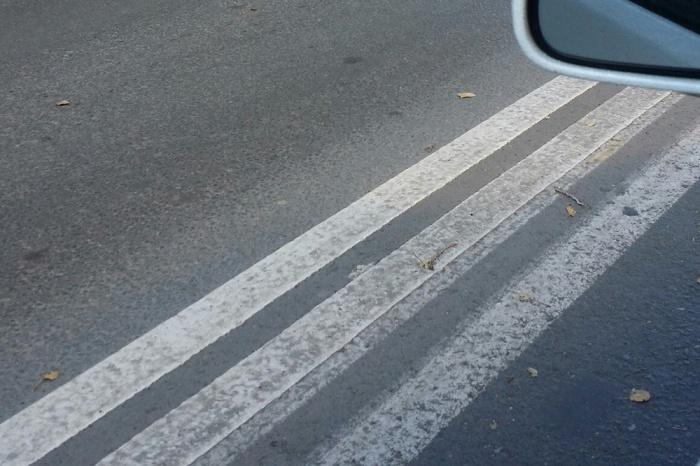 Тройная сплошная линия на улице Петухова