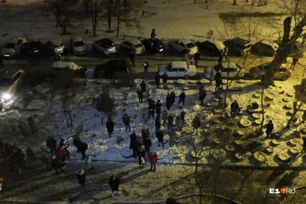Люди простояли во дворе около часа