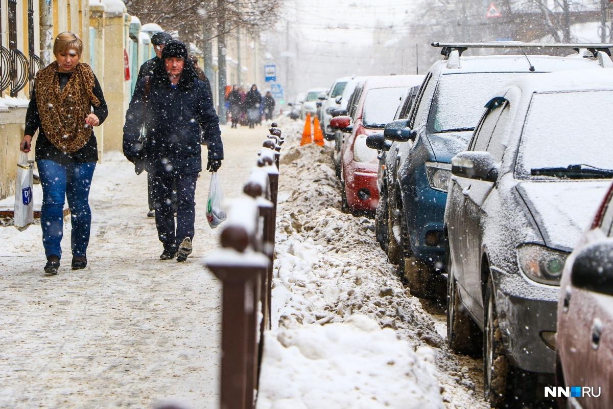 Припаркованные машины в центре Нижнего Новгорода давно мешают нормальному транспортному потоку