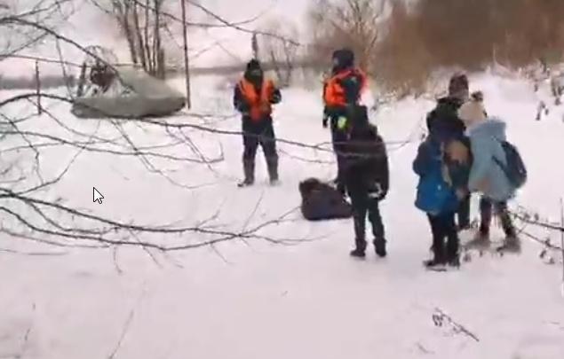 В Ярославле спасатели со льда Волги увели четверых детей