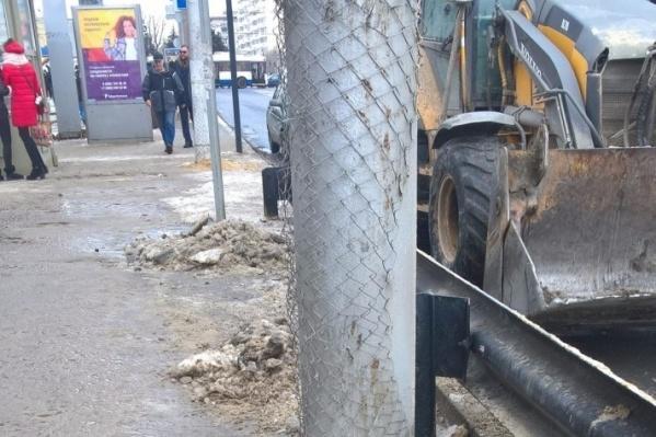 В администрации уточнили, что никакой опасности для пешеходов небольшие повреждения не представляют