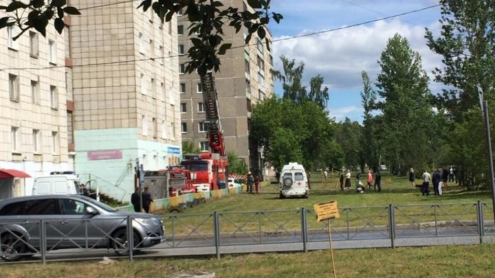 Спасли через окно пять человек: в Перми в многоэтажке произошел пожар