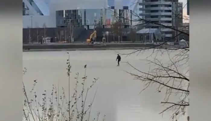 Камикадзе заточил коньки: у «Динамо» сняли на видео парня, катающегося по льду Городского пруда