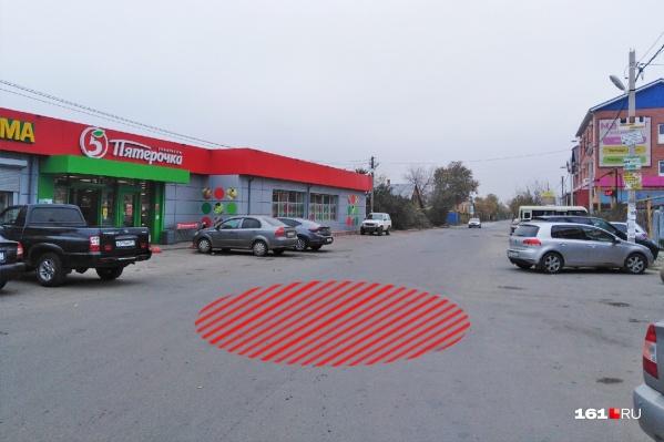 Вокруг места похищения,отмеченном цветом, много различных магазинов и заведений