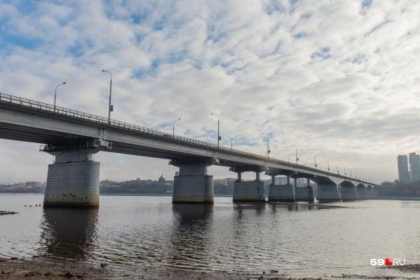 На обоих мостах не работает освещение судоходной сигнализации