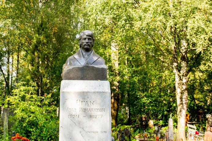Практически все памятники стоят на кладбище у главной дороги