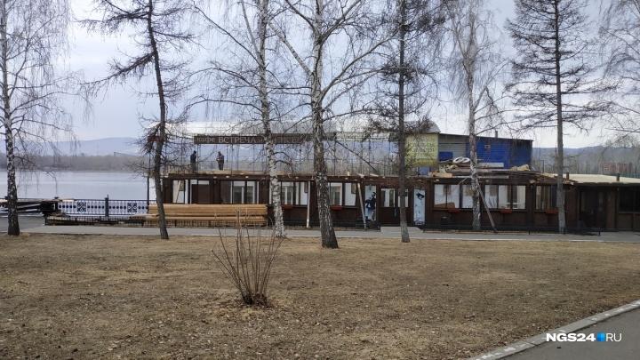 На набережной в центре начали ремонтировать плавучее кафе